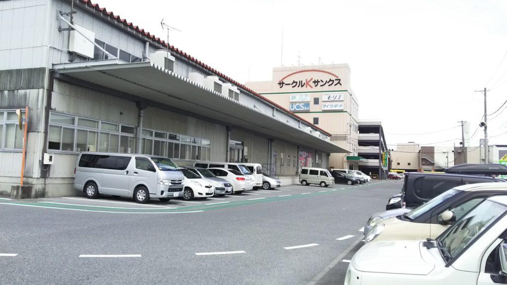 ユニー本社B棟とC棟に描かれるサークルKサンクスのロゴマーク(後方がアピタ稲沢店)