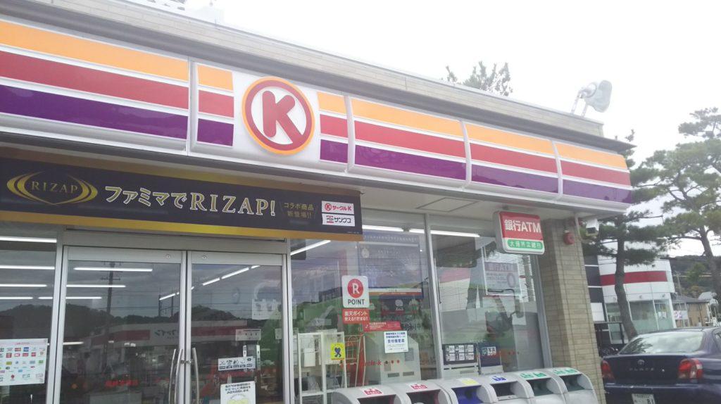 店舗裏側に見える旧東海道の松並木
