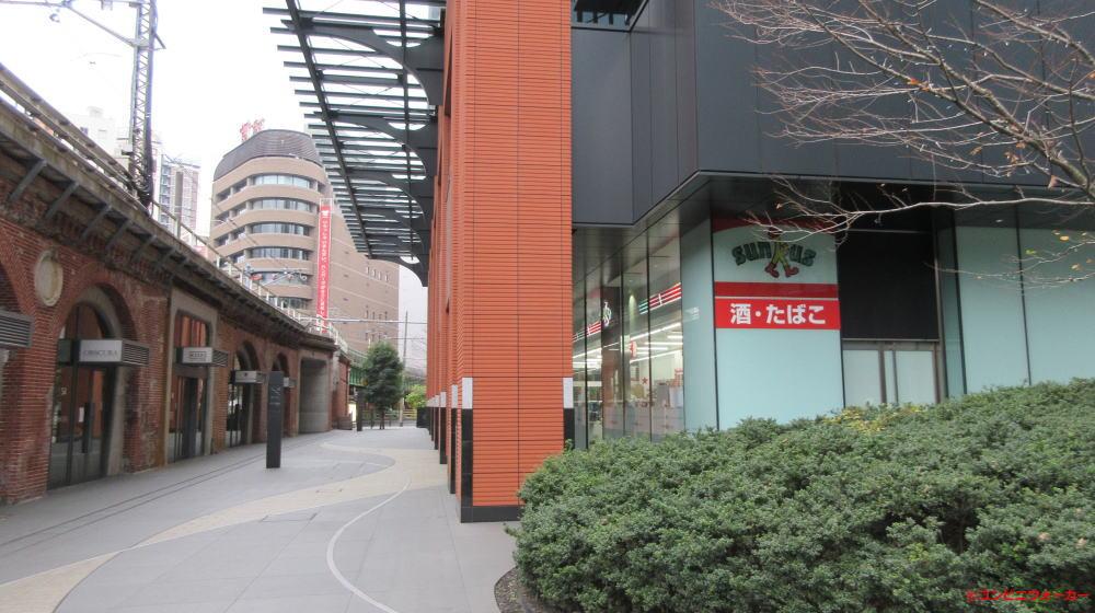JR神田万世橋ビルと中央線(旧万世橋駅)