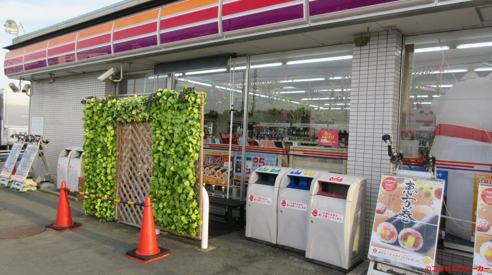 サークルK豊橋大清水店(喫煙コーナー前のラティス装飾)
